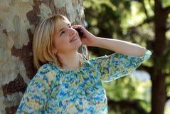 Z Telefon komórkowy piękna kobieta Obrazy Royalty Free