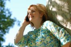 Z Telefon komórkowy piękna kobieta Zdjęcie Stock