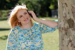 Z Telefon komórkowy piękna kobieta Zdjęcia Royalty Free