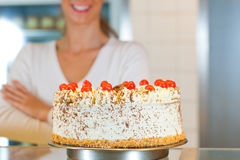 Z torte piekarza lub ciasta żeński szef kuchni Obraz Stock