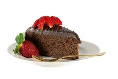 Z truskawkami odizolowywać czekoladowy plasterka tort Obraz Royalty Free