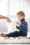 Z włosami chłopiec bawić się w domu Fotografia Stock