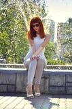 Z włosami dziewczyna przy fontanną Obrazy Royalty Free
