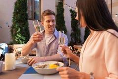 Z włosami mężczyzna zaprasza jego kobiety dla ostryg i szampana Obrazy Stock