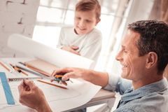 Z włosami syn słucha jego ojciec dobry w geometrii obraz royalty free