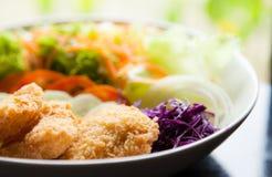z warzywami smażąca ryba Fotografia Stock