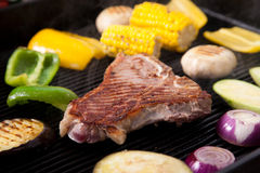 Z warzywami wieprzowiny piec na grillu mięso Obraz Royalty Free