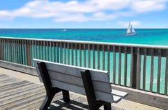 z widokiem na ocean na ławce molo Fotografia Stock