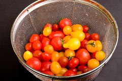 Z świeżymi pomidorami colander Zdjęcia Royalty Free