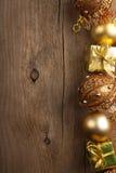 Z złocistą dekoracją bożenarodzeniowy tło Zdjęcie Royalty Free