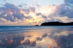 Z Zaświecać Chmurami Zmierzchu tropikalny plażowy Niebo Zdjęcia Stock