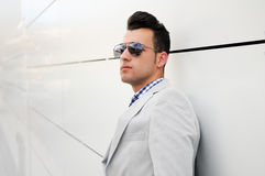 Z zabarwiającymi okulary przeciwsłoneczne atrakcyjny mężczyzna Zdjęcie Royalty Free