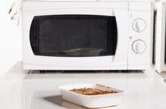 Z zamarzniętym jedzeniem mikrofala piekarnik obraz stock