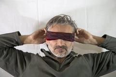 Z zasłoniętymi oczami dorośleć mężczyzna Zdjęcie Stock