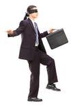 Z zasłoniętymi oczami młody biznesmen z teczki odprowadzeniem Zdjęcia Stock