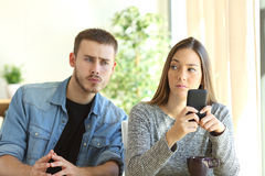 Z zazdrością chłopak szpieguje jego dziewczyny Zdjęcia Stock
