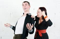 Z zazdrością kobieta krzyczy przy jej mężczyzna Zdjęcia Stock