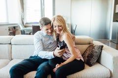 Z zazdrością kobieta patrzeje jej partnera gawędzenie na telefonie fotografia royalty free