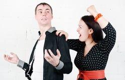 Z zazdrością kobiety krzesanie przy jej mężczyzna Zdjęcie Royalty Free