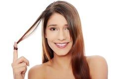 Z zdrowymi długimi włosami piękna młoda kobieta fotografia royalty free