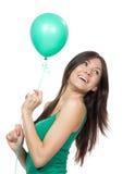 Z zieleń balonem młoda szczęśliwa dziewczyna Fotografia Stock