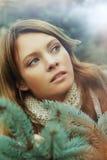 Z zieloną jodłą piękna kobieta zdjęcie royalty free