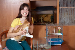 Z zwierzętami domowymi szczęśliwa kobieta Zdjęcia Royalty Free