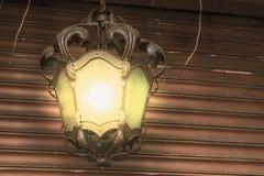 Zaświecająca rocznika lampionu, domu lub ogródu dekoracja przy nocą, klasyczny projekt zdjęcie royalty free
