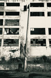 Załamujący się betonową latarnię przed rozdrobnić przemysłowego budynek obrazy stock