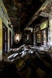 Załamujący się korytarz Zaniechany szpital & Karmiący dom - obraz stock