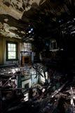 Załamujący się podłoga z grabami - Zaniechany dom fotografia stock