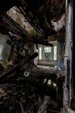 Załamujący się podłoga - Zaniechany dom zdjęcia royalty free