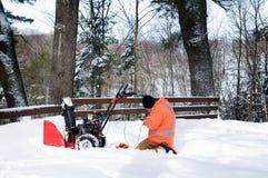Załatwiać śnieżną dmuchawę Fotografia Royalty Free