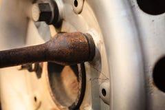 Załatwiać samochodową oponę z obręcza gniazdkowym wyrwaniem Zdjęcie Stock