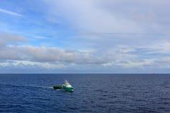 Załoga łódź z zielenią i biel barwimy żeglowanie na otwartym morzu zdjęcie royalty free