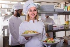 Załoga profesjonalista gotuje działanie przy restauracją obraz stock