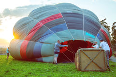Załoga przy zmierzchem przygotowywa gorące powietrze balon Obrazy Royalty Free