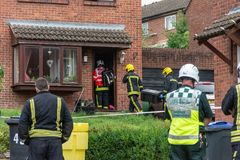 Załogi gaśniczej hazmat drużynowy wchodzić do dom z podejrzanym chemicznym incydentem obraz stock