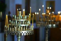 Za?wieca? ?wieczki na specjalnych candlesticks w ko?ci?? w Heraklion zdjęcie stock