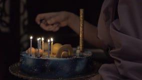 Zaświecać świeczki na urodzinowym torcie zbiory wideo