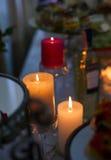 Zaświecać świeczki na wakacje stole Obrazy Royalty Free