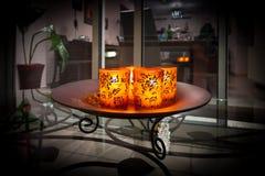 Zaświecać świeczki w dekorujących szkłach na talerzu Zdjęcia Royalty Free