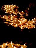 Zaświecać świeczki w kościół podczas żałobnego świętowania Zdjęcie Stock