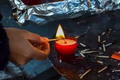 Zaświecał małą świeczkę w kościół obrazy stock