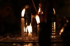 Zaświeca od świeczki która błyszczy w zmroku obraz royalty free
