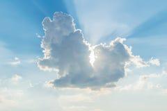 Zaświeca przez pięknej cumulus chmury z nieba tłem Obraz Stock