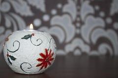 Zaświecająca świeczka w candlestick Obrazy Royalty Free