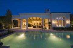 Zaświecająca Pływackiego basenu I budynku powierzchowność fotografia royalty free