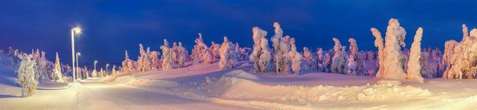 Zaświecająca zimy droga w wsi obraz stock