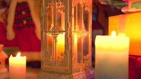 Zaświecający świeczki, prezenty i boże narodzenie ornamenty, zdjęcie wideo